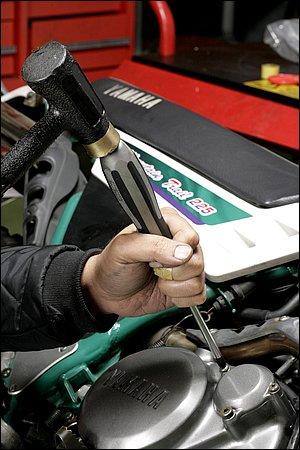 プラスねじを叩く際は、貫通ドライバーを使うのが絶対的な条件です。非貫通ドライバーを使うと、ハンマーの打撃力が伝わらない上にグリップを損傷する可能性もあります。また、叩く際に緩め方向に力を入れておくのも有効です(片手でグリップを持つのでカムアウトを注意)。このドライバーは、見た目は普通の貫通ドライバーながら、グリップ内部にインパクトドライバーの機能を組み込んだ、ベッセル社のメガドラインパクタドライバー。