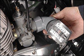 シンクロメーターがフレームやエアクリーナーケースと当たってしまう場合でも、エルボアダプターがあれば大丈夫。マルチエンジンでもシンクロメーターがひとつあれば、キャブ調整を容易に行うことができる。