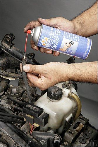スプレー式のキャブクリーナーが多い昨今だが、ビニール小袋に入れたパーツに目掛けてロングノズルでスプレーし、ビニール袋が切れない程度にもみもみすることで汚れ落としを促進できる。また、車体に装着したままのキャブのフューエルチューブにキャブクリーナーのノズルを差し込み吹き付け、スロットル全開を保ってセルスターターを回す。これを数回繰り返してからしばらく放置。その後、フレッシュなガソリンを入れてエンジン始動すれば、「手抜き(お手軽!?)キャブ洗浄」の完了である。