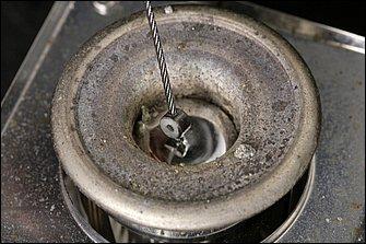 ハンダポットと呼ばれる専用機器で鈑金ハンダを溶かし、溶解したところでフラックスに浸したケーブル&タイコをチャポッと浸す。浸す時間はものの数秒で良い。タイコをハンダごてで温めて作業しても、熱量が少なくタイコ内部までハンダが染み渡らない。タイコを固定する場合は、溶けたハンダの中に沈めるのがベストである。