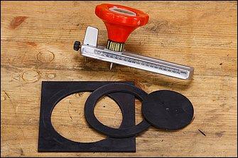 コンパスでケガキ線を入れてあったとしても、ハサミでは上手に丸く切ることができないゴムシート。木板を用意してその上でサークルカッターを利用するのがベターだ。外側優先でカットしていこう。