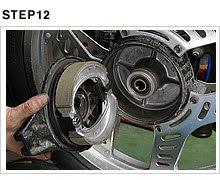 新品のシューをセットしたブレーキパネルをドラムへ挿入する。円周方向に回してスムーズに動くかどうか、シューとドラムの当たりが偏っていないことを確認する。