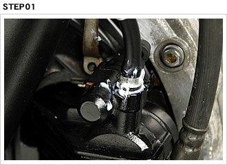 ブリーダープラグとキャリパーのネジ溝からエアを吸わないよう、シリコングリスをシール剤代わりに塗ってホースを取り付け、プラグは僅かに緩めておく。セッティングが終了したら、ブレーキレバーを静かに操作してフルードを徐々にキャリパー側へと送り込む。