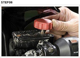 ダイヤフラムとキャップをセットしたら、ビスを締め付ける。腐食などによりネジ溝が崩れるほど傷んでいたら、新品ビスに交換しておきたい。カウルなどと干渉する場合は背の低いドライバーを使用。