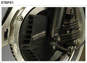 80年代ビックリメカのひとつがインボードディスク。ベンチレーテッド式の鋳鉄ローターをハブ内に収めて、積極的に冷却しつつ制動力向上を図る。でも、現在まで生き延びなかったのは…。