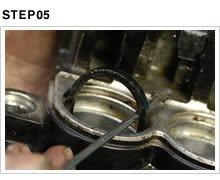 オイルシールとダストシールは再使用不可のパーツなので、外す際は部品を確保した上で行う。いずれにせよ、キャリパーのシリンダー内壁をクリーニングする際には外さなくてはならない。