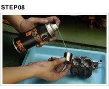磨いたピストンの外周にブレーキフルード、あるいはメタルラバーを吹きつけてキャリパーにセットする。メタルラバーはブレーキフルードに吸収されるので、悪影響はない。