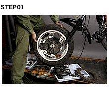 インボードディスクブレーキを装備するVTの場合、ホイールの着脱作業自体が一般的なアウターディスクブレーキ車やドラムブレーキ車とは異なり、結構面倒な仕事だ。