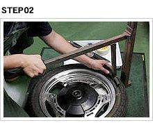 ビードブレーカーをホイールリムギリギリのタイヤ側面に当て、リム側に傷を付けないように注意しながら押し込む。タイヤの位置を変えながら、全周に渡ってビードを落とす。