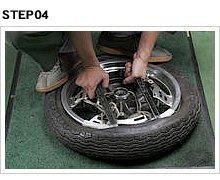 硬化したタイヤを外す際、レバー同士の距離が遠いとレバーの部分でしかビードがめくれない。だから距離を短くとって、僅かずつでも確実にビードをリムの外側に持っていく。