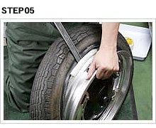 ホイール片面分のビードをクリアしたら、タイヤレバーをグッと差し込み、もう半面を乗り越えさせる。この時レバーの移動量が多くなるので、リムを傷つけないように注意。