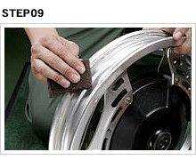 新品タイヤをセットする前にリムにビードワックスを塗るのは周知の事実だが、その前にリムに付着したゴム痕や腐蝕痕をサンドシートで取り除き、表面を滑らかにしておく。