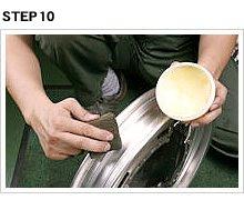 リムの内側をきれいにしておくことで、タイヤの滑りは確実に向上するし、異物を挟み込んだまま新品タイヤを組む心苦しさもない。ワックスの乗りだってずっと良くなる。