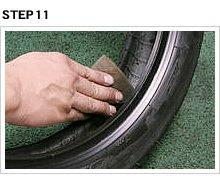 ホイールだけでなくタイヤ側にもビードワックスを塗布する。リムと接するビード外面だけでなく内側にも塗ることで、常にタイヤとリムが滑りあい、セットが容易になる。