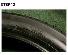 タイヤとホイールの回転方向を合わせるのは作業の基本だが、慣れるとよく確認しないまま組むこともある。そんな時に限って逆組みするので、面倒でもちゃんと確認しよう。