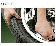 回転方向の次は、タイヤ側面のペイントマークをエアバルブ位置に合わせる。最新タイヤの中には、ペイントマークが存在しないものもあり、これはどこで組んでも良い。