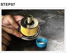 マウントボルトにリリーススプリング、スプリングシートを忘れずに組み付け、エレメントをセットする。フィルターキャップ外縁にセットしたOリングに新しいオイルを塗布しておけば、密着不良を未然に防ぐことができる。