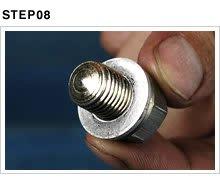 ドレンボルトには取り外し可能なアルミ製のフラットタイプのワッシャーか、ボルト一体型のクラッシュタイプのワッシャーが付く。漏れやにじみを防ぐため、組み付けるときは新品に交換するのが基本。