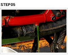あらかじめ用意しておいたバットで冷却液を受ける。ラジエター内、ウォーターポンプ周辺のLLCが流れ出てくる。経路内が腐蝕したり、LLCが劣化していると、汚れた液体が出てくる。