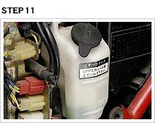 一方こちらはサイドカバー内にレイアウトされた冷却液のリザーバータンク。冷却液温と経路内圧力の増減に応じて、エンジン側のLLCがタンク内に出たり入ったりしている。