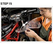 ドレンボルトを仮止めして、古いLLCをすすぎ出すための水を注入する。水が入ったら短時間だけエンジンを回し、ウォーターポンプで水を回してすすぎを進める。