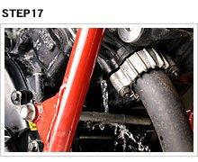 シリンダー側のドレンボルトも同様で、外したままで水を流し込んでやる。8~13で紹介している、洗浄剤を使わない交換作業なら、ボルトを締めた後に新しいLLCを注入する。