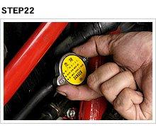 エアが排出されることでラジエターキャップ部の液面が低下するので、不足した分を追加してキャップを締める。車種によってはエア抜きようのブリーダーボルトを持つものもある。