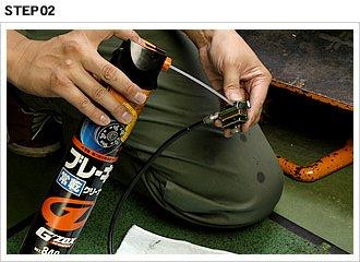 ワイヤーに曲がりグセがついていると、特定の場所でスロットルが引っかかることもある。確認して問題がなければ、ワイヤーインジェクターを利用してパーツクリーナーを注入し、ワイヤー内部を洗浄する。浸透性が高い灯油に漬け込んでも良い。