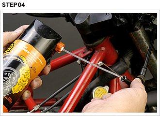ワイヤー内部を脱脂洗浄しただけでは、かえって動きが渋くなる。スプレータイプのワイヤーグリスもあるが、テフロン配合のチェーンルーブ(サラサラタイプ)を使用するのがオススメ。ワイヤーへの残りが良い(流れ落ちづらい)ものを選ぼう。