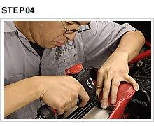 タッカーで新たなステープルを打ち込む。いわば大きなホチキスだが、6~16mmのステープルが使用できるエアタッカーは1台あると便利なツール。
