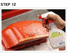 表面を耐水研磨したタンクの側面にもスプレーする。スプレーしないでデカールを貼付すると、貼り損ねたときの貼り直しが面倒=失敗への第一歩となってしまう。慎重に作業を進めよう。