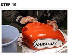 ザッとひと塗りしたらストーブで乾燥させる。やはり1時間以上乾燥させた後に水研ぎし、エクボ付近や段差周辺をできる限りなだらかにする。くれぐれも磨き過ぎには要注意です。
