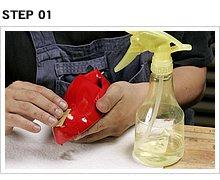 凸凹部分の補修は耐水ペーパーで行う。キズの深さにもよるが、今回は600番のペーパーから始めた。水研ぎするときに「霧吹きボトル」に水を入れて使うのがオススメ。