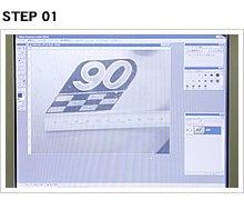 デジカメで撮影した画像をデザインソフトに取り込み、エンブレムの原寸1:1の尺度で寸法を設定。各プリント色のパターンで画像処理を行っていく。今回はメッキ調カッティングシートを利用し白と黒の2パターンの画像処理を行った。