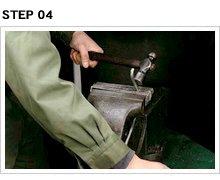 給油口から患部のへこみ部分までの距離を想定(給油口からタンク底面に接し、それからへこみに当たるまでの長さを考えること)し、適当なペグを選定。バイスに挟んでまずひと曲げ。