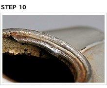 棒の支点がタンク底面に当たらず、給油口の縁に掛かったままだと、縁の形状が歪んでしまう。こうなるとキャップが閉まらなくなったり、ガソリンが漏れるなどのトラブルにつながる。