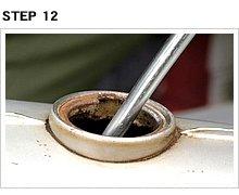 棒の先端がへこみ部分に当たり、曲げ部分の支点がタンク底にあれば、給油口と棒が触れることはない。余分な干渉がないから加えた力はダイレクトにへこみに伝わるようになる。