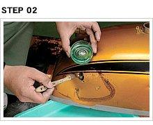 ハケを用意し、修復する個所全体にハクリ剤を塗布する。うっすら塗るのではなく、タップリ塗布した方が効果的にペイントをハクリできる。