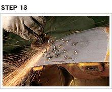この作業は慎重かつ丁寧に行わなくてはいけない。手抜きするとタンク表面をガガッと削ってしまうことになる。後々の修復が大変にならないようにね。