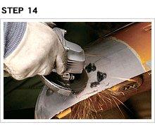 ワッシャーを取り除いたら、溶接棒の残りをディスクグラインダーの先端で慎重に取り除く。この段階では、仕上げてしまおうと思わないこと。