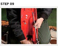 折れ目部分が平面になったら、さらに当て棒を押し付けてハンマーリングし凹み全体を押し出すようにする。この際により太い押し棒があればベストだ。