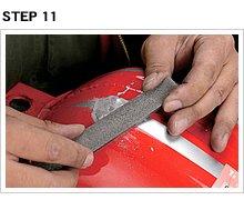 ある程度の形状を取り戻したら、平ヤスリを横向きに持ち、ヤスリを前後させて表面を整える(この方法を目通しという)。削り過ぎに要注意。
