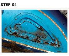 当初タンク底かと思われた穴は、実は左側ニーグリップラバー取り付けプレート裏側にあると判明。サイドスタンドで停車中に、水が溜まりやすいのだろう。