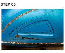 その証拠に、右側プレートのコンディションは良好で、左側のようにサビでグズグズにはなっていない。旧年式のニーグリップラバー装着車に頻発する症状だ。