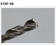 ドリルの先端は通常の刃先と異なり一文字カット。穴を空けるというより、溶接部分を一定の面積で削り取るという感じだ。タガネではつると、溶接部が裂けることもあるので使用厳禁。