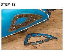 プレート内周部のスポット溶接部をすべてドリルで揉み取り、タンクから剥がす。一度入った水分が抜けづらいせいか、プレートとタンクの接触部全周にサビが発生しいている。