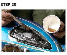 タンク表面にハケで薄く塗る。浸透性が高いのでスッと広がり膜厚もまったく感じさせない。貫通穴周辺とパテを入れる部分を中心にまんべんなく塗っておく。