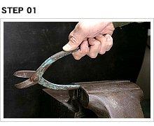 金切りばさみの使用方法のおさらい。ちょっと厚物の板を切ると、まっすぐ切れないし手も疲れる。だから柄の一方をバイスで挟み、もう一方の手で断裁機を使うように押すのが基本。
