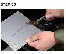 STEP1で示したようにバイスで金切りばさみを固定し、右手で柄を押しながら左手でシートメタルをコントロールする。外寸を切り出したら、内部の穴をくり抜く。
