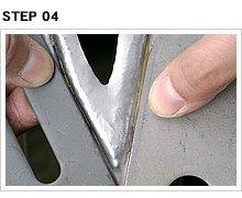 プレートで段差を作る際は、曲げ部分の裏に厚めの鉄板(おそらく建築材料系)を当てて、そこに向けてポンチを打つ。鋭角なエッジ部分は、2枚の板を組み合わせて角を作る。